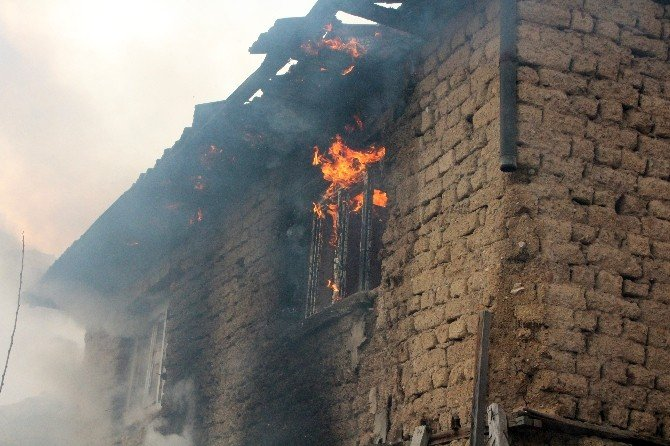 Metruk Evde Çıkan Yangın Korkuttu
