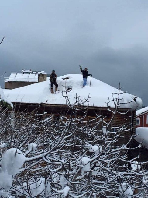 Çatıda Güvenliksiz Kar Temizleme Cesareti