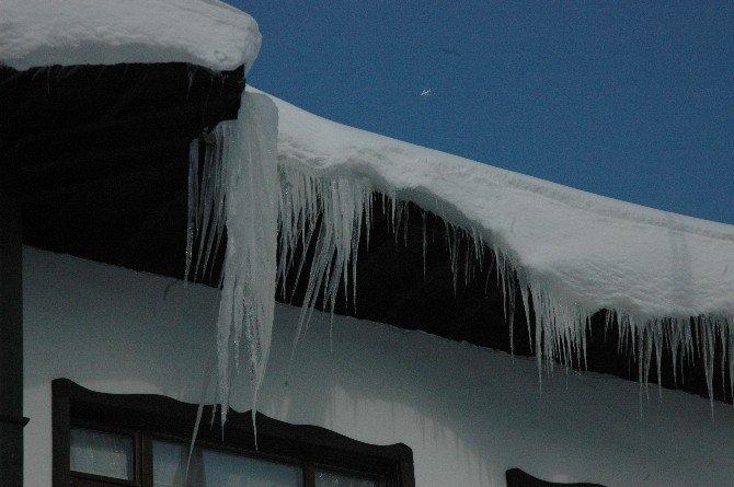 Çatıdan Sarkan Buzlar Tehlike Saçıyor