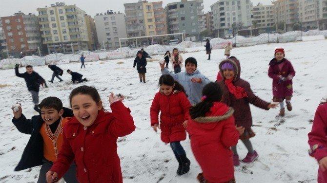 Birecik'te Uzun Süre Sonra İlk Kez Yağan Karda Çocuklar Doyasıya Eğlendi