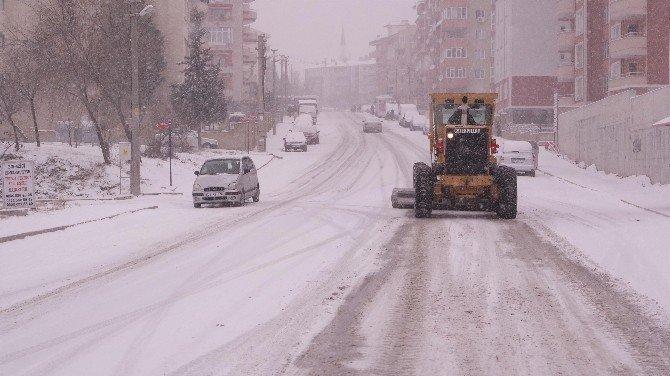 Belediye Karlı Yollar Tuzlama Çalışmaları Yapıyor