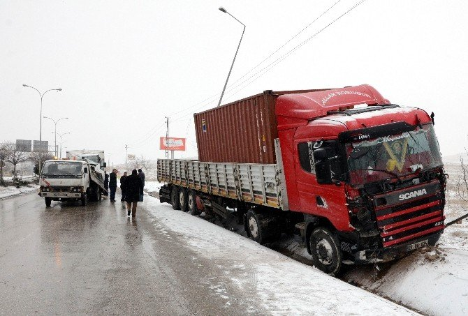 Gaziantep'te Tır'la Kamyonet Çarpıştı: 3 Yaralı