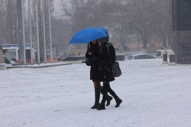 Dondurucu Soğuğun Etkili Olduğu Gaziantep'te Yılın İlk Karı Yağdı