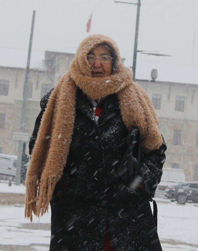 Sivas'ta kar yağışı ulaşımı etkiledi
