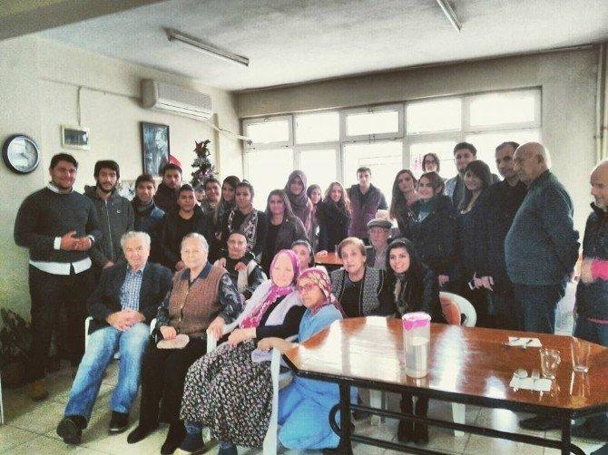Burhaniye'de Üniversitelilerin Huzurevi Ziyareti