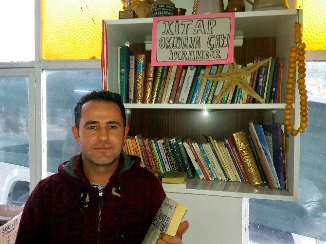 Söke'deki Bu Kahvehanede Kitap Okuyana Çay Müessesenin İkramı