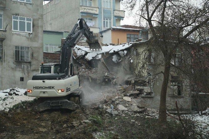 İlkadım'da Metruk Binalar Yıkılıyor