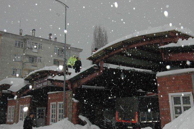 Kar Kürerken Çatıdan Düştü