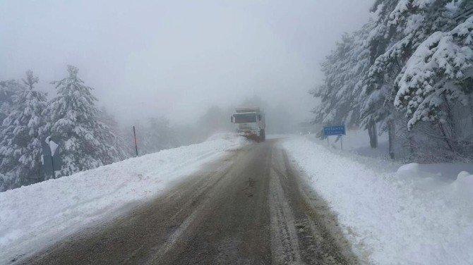Kar Nedeniyle Ulaşıma Kapanan Demirci Simav Karayolu Ulaşıma Açıldı
