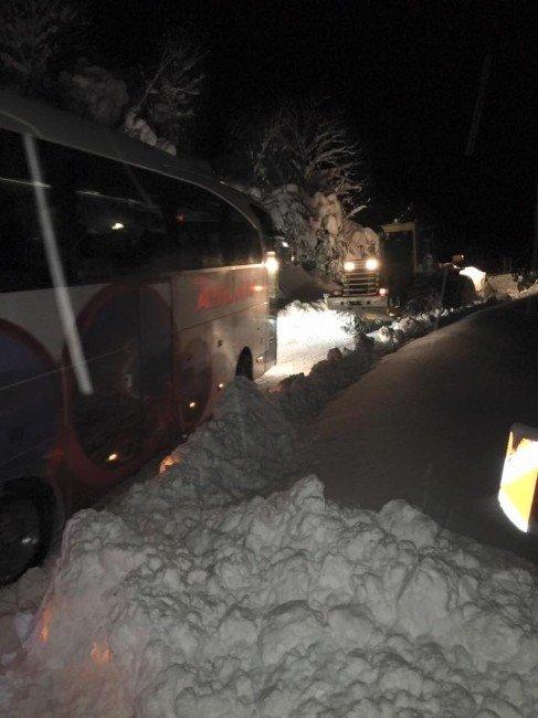 4 Saat Soğukta Mahsur Kalan Yolcuların İmdadına Milletvekili Koştu
