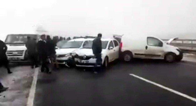 Şanlıurfa'da 15 Kişinin Yaralandığı Kaza Amatör Kamera Tarafından Görüntülendi