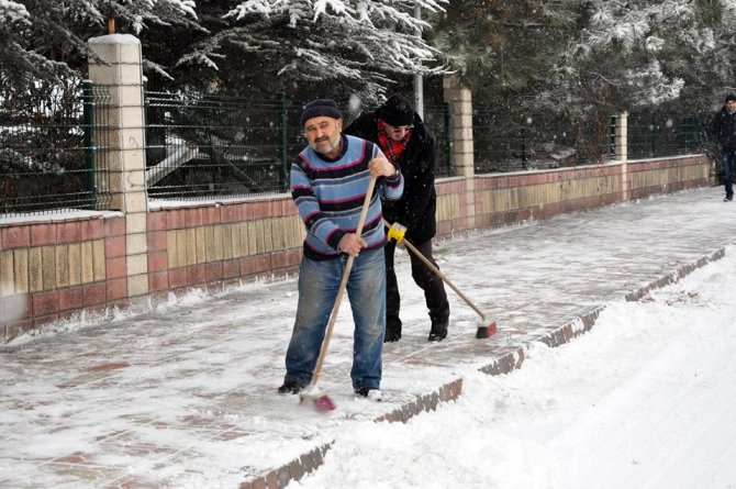 Sorgun Belediyesi kar temizleme çalışmalarını sürdürüyor