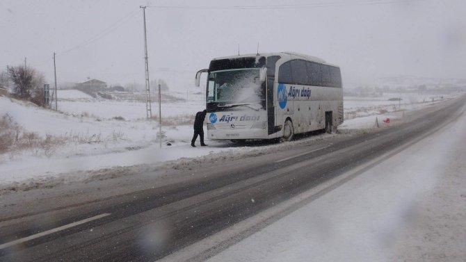 Yolda kalan otobüsleri vatandaşlar itti
