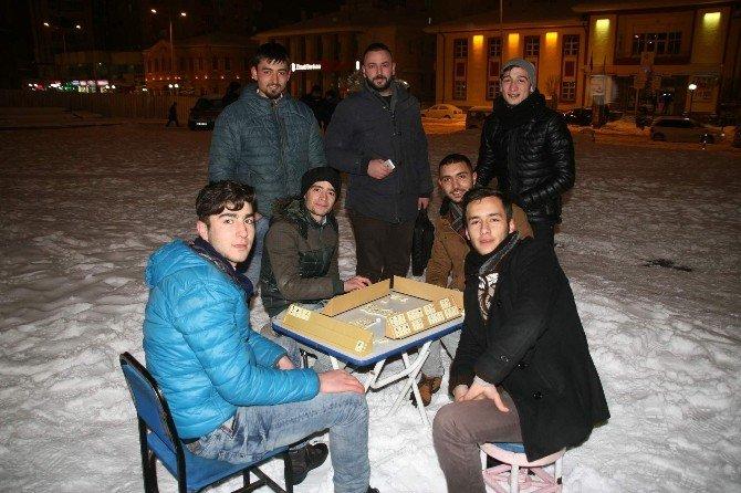 Yozgat'ta Gençler Kar Üzerinde Okey Oynayıp Eğlendi