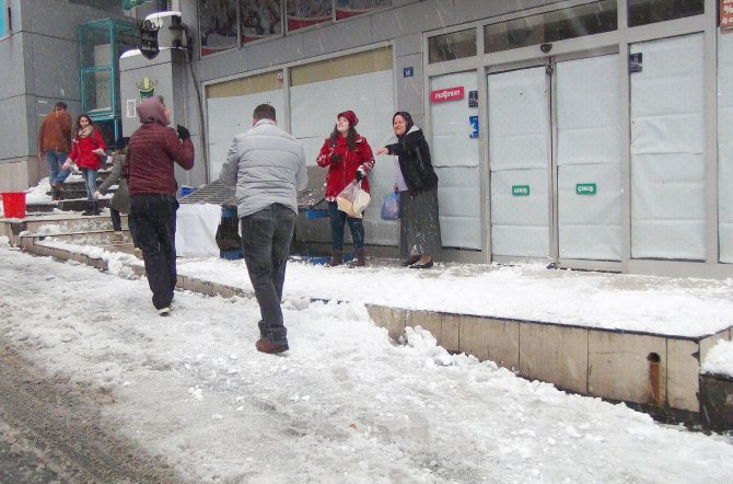 Hamile kadının üzerine kar kütlesi düştü
