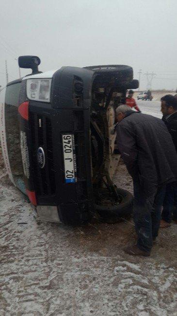 Kayganlaşan Yolda Minibüs Devrildi
