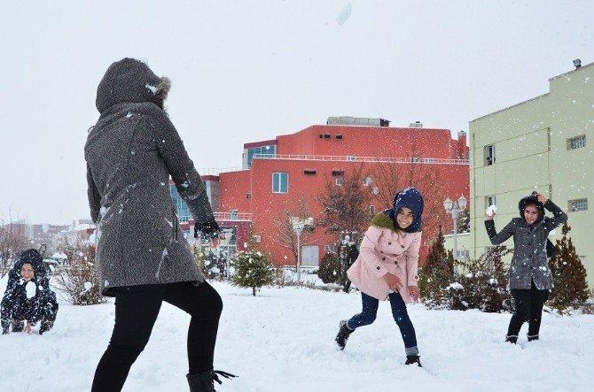 Öğrencilerin Kar Sevinci