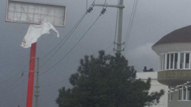 Afyon'da rüzgar etkili oluyor