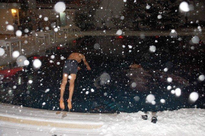 Lapa Lapa Kar Ve Dondurucu Soğukta Havuza Sefası