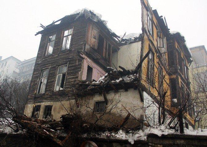 Karın Ağırlığına Dayanamayan Evin Çatısı Çöktü