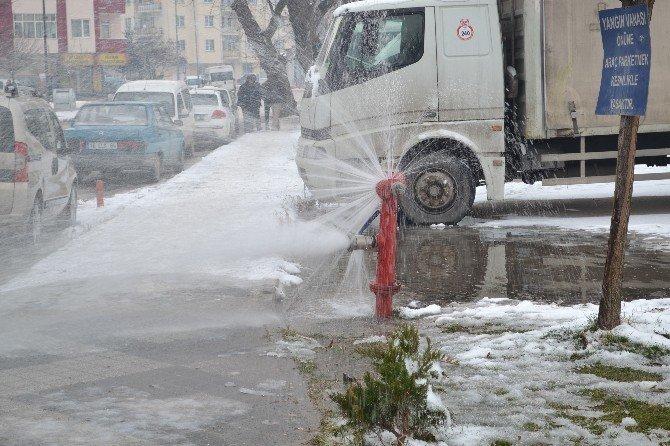 Patlayan Su Vanası Sürücülere Yaradı
