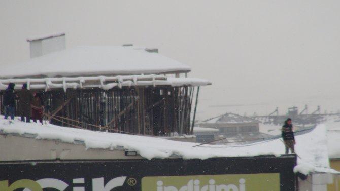Beline ip bağlayarak çatıdaki karı temizledi