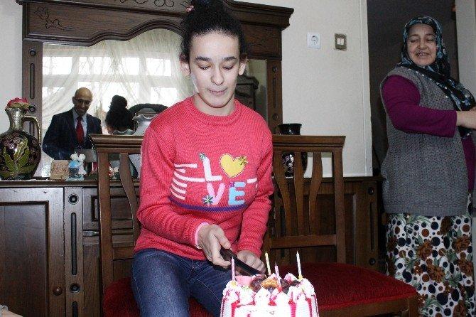 Evde Eğitim Gören Engelli Öğrenciye Doğum Günü Sürprizi