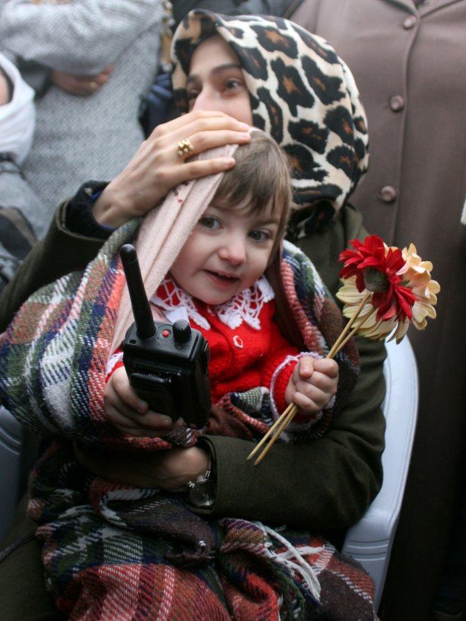 Şehidin minik kızı, babasını polis telsiziyle uğurladı