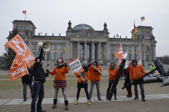 Alman Meclisi önünde dev ahtapotla eylem
