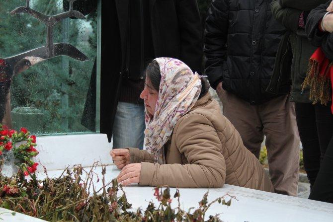 Berkin Elvan'ın doğum gününde mezarına karanfil bırakıldı