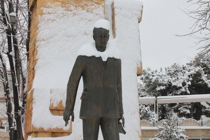 Kar yağışı Sivas'ta kara ve hava ulaşımını aksattı