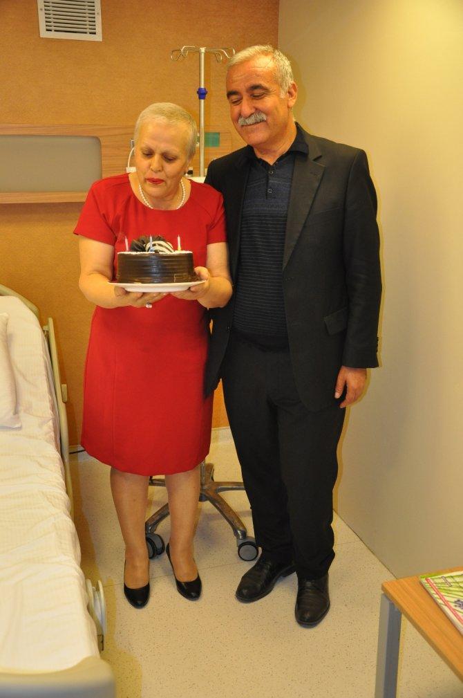 Kanseri yendi, evlilik yıldönümünü kutladı!