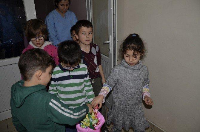 Öğrencilerden Yurtta Kalan Çocuklara Ziyaret