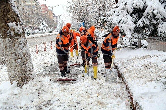 Şehitkamil'de Kar Yağışı Sonrası Kaldırım Ve Yollar Temizleniyor