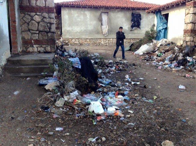 Çeşme'de Sığınmacıların Yaşadığı Alanlar Çöp Yuvasını Döndü