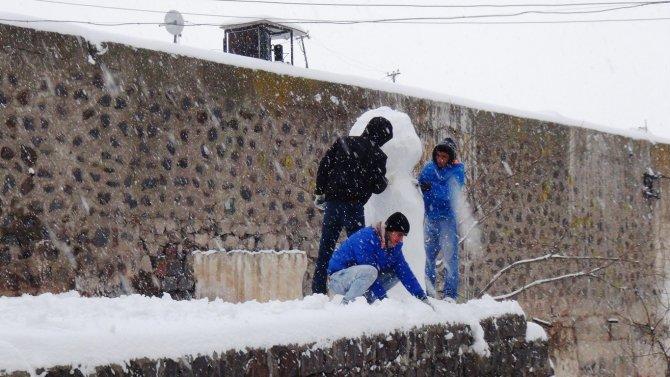 Kar yağışı ulaşımı güçleştiriken, vatandaşlar karın keyfini çıkardı