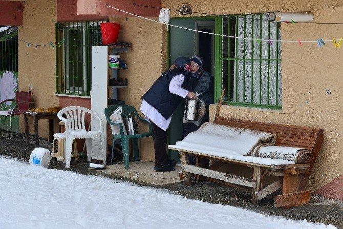 Ümraniye Belediyesi'nden Soğuk Kış Günlerinde Sıcak Yemek Yardımı