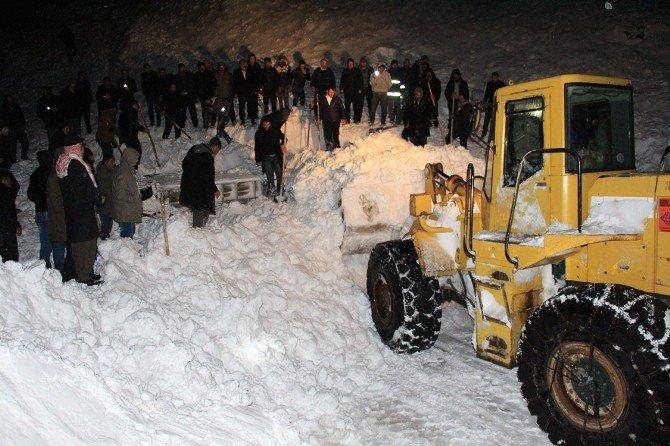 Minibüs Çığ Altında Kaldı: 1 Ölü