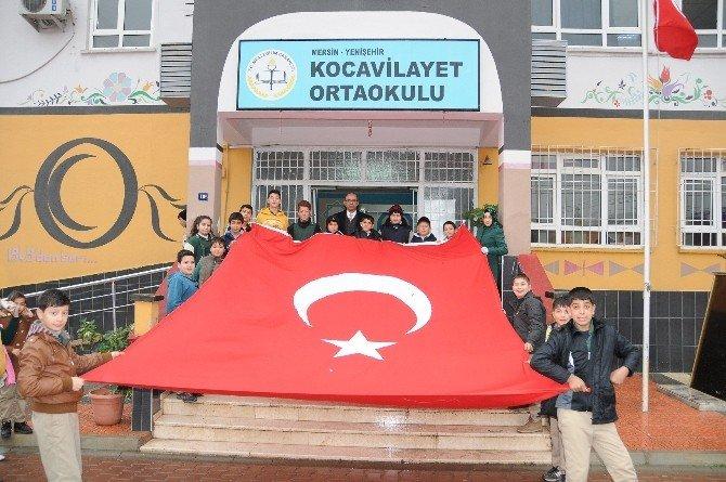 Yenişehir Belediyesi Bayrak Dağıttı
