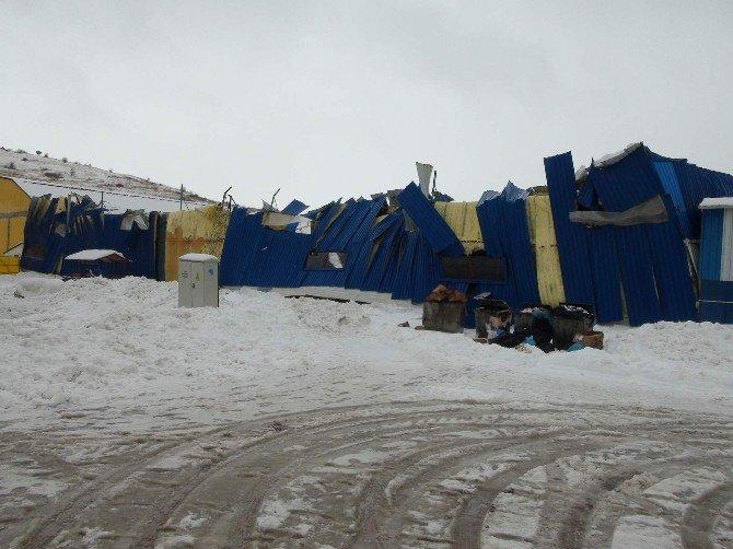 Kar, Halı Sahanın Çatısını Çökertti