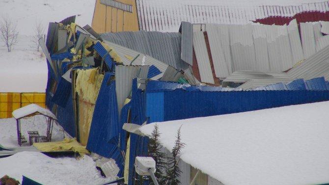 Halı sahanın çatısı çöktü