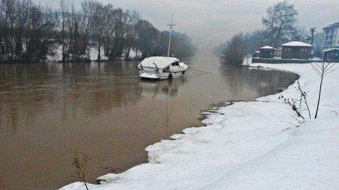 Eriyen Karlar Irmak Seviyesini Yükseltti