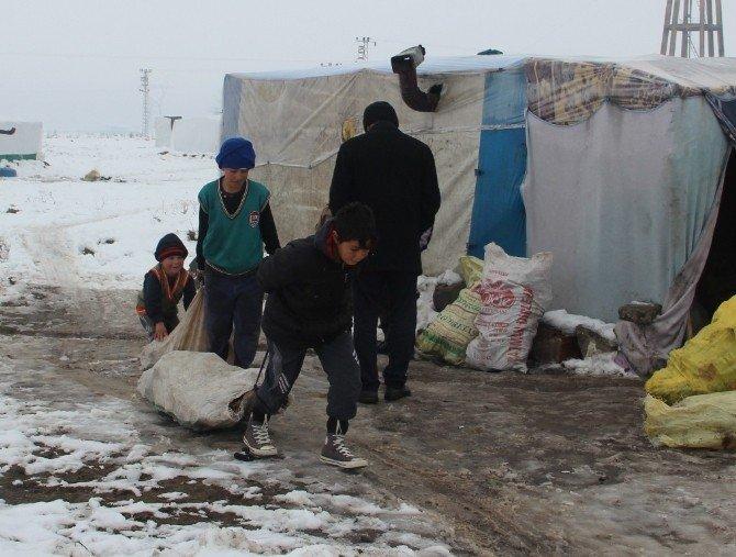 Çadırda Yaşayan Suriyeli Ailelere Giyim Ve Yakacak Yardımı Yapıldı