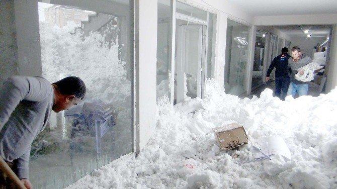 Çatılardan Düşen Kar İş Yerlerine Zarar Verdi