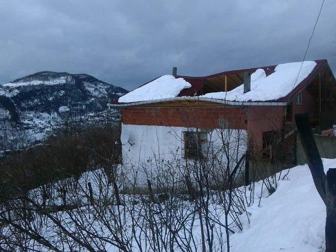 Kastamonu'da Kar Çatıları Yıktı