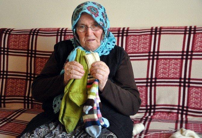 Sarıkamış'ta Esir Düşen Askerin Kızı, Yün Çorap Örüp Bağış Yapıyor