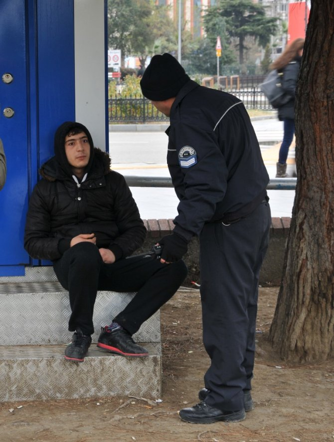 Gençler uyuşturucuyu halkın yoğun olduğu yerlerde de içiyor