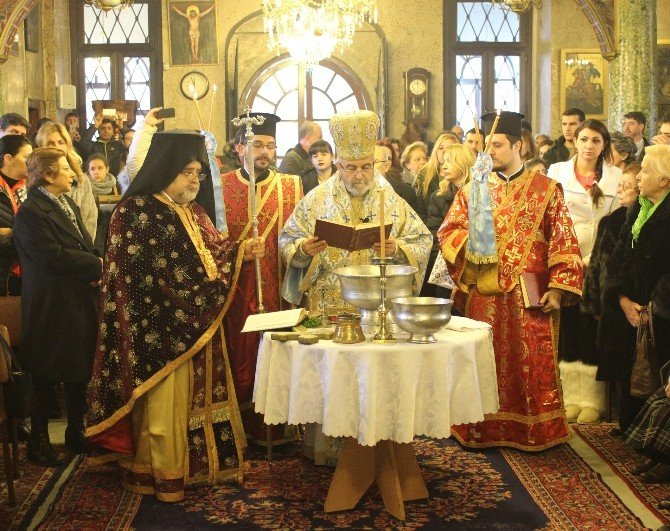 Haç Çıkarma Töreninde Zılgıtlı Kutlama