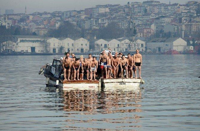 Soğuğa Aldırmadılar, Haç Çıkarmak İçin Denize Atladılar