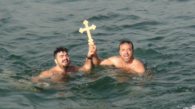 İzmir'de 94 yıl sonra denizden haç çıkarma töreni yapıldı
